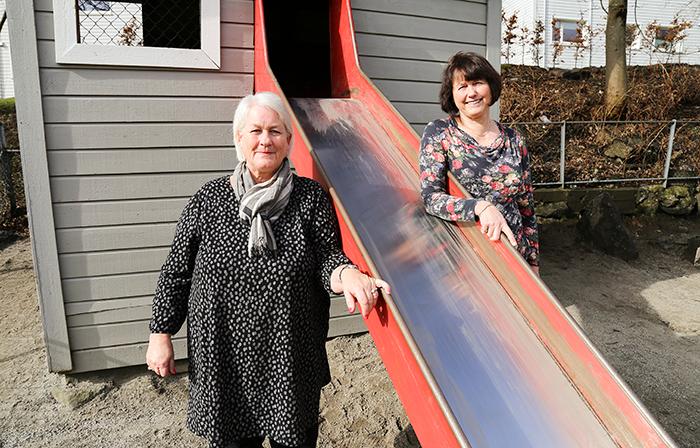 Anne Gina Hægland (t.v.) og Sissel Hellevik i Kidsa Inndalen barnehage i Bergen. (Foto Tora Herud)